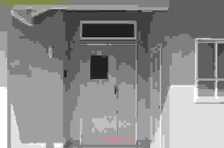 アンティーク部材と塗装仕上げの家 モダンスタイルの 玄関&廊下&階段 の (株)独楽蔵 KOMAGURA モダン