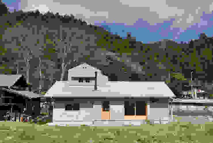 南側外観 モダンな 家 の (株)独楽蔵 KOMAGURA モダン
