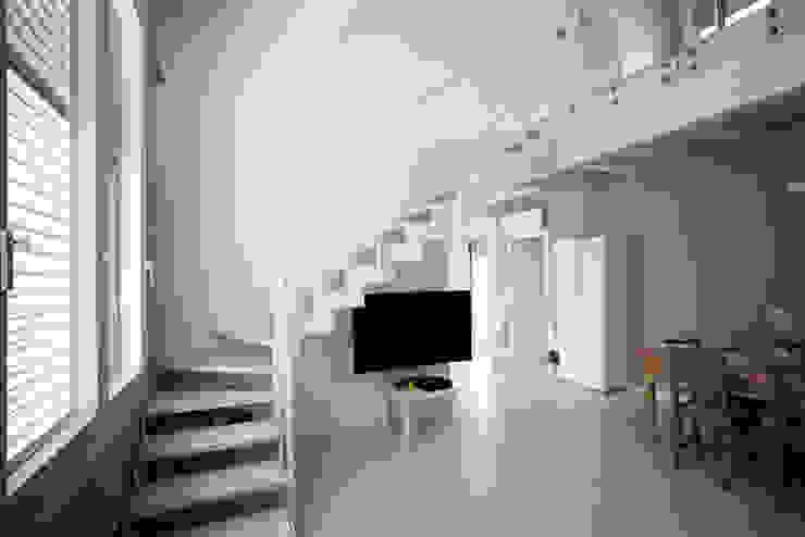 Pasillos, vestíbulos y escaleras de estilo minimalista de CasaAttiva Minimalista