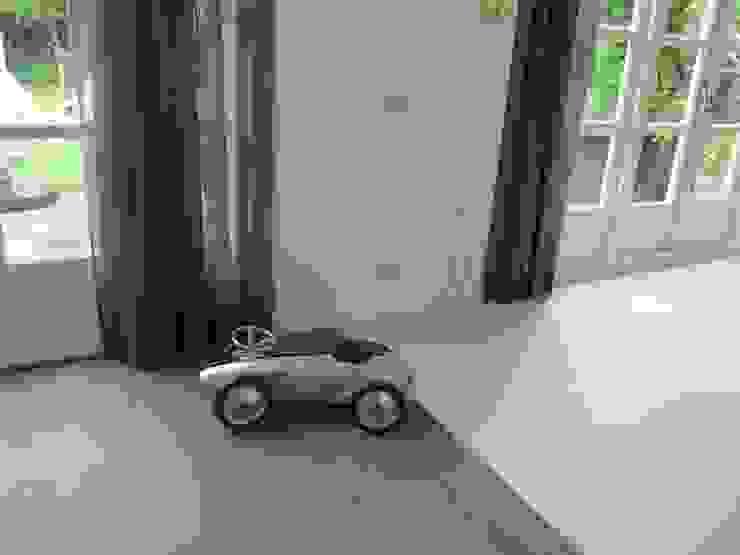 Gewenste gietvloer bij de keuken ligt mooi in lijn met de brede stroken van de parketvloer.: modern  door ARX-interieur, Modern