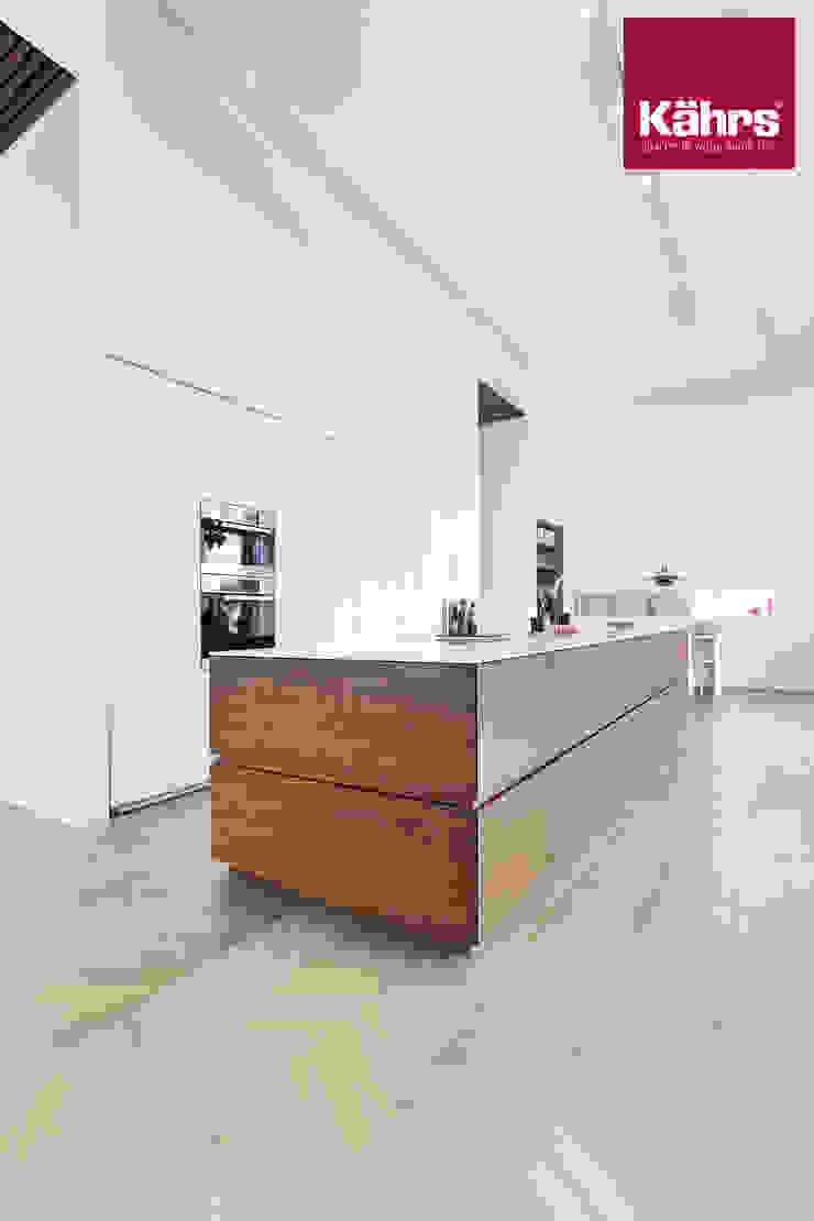 Kährs Parkett Deutschland Cocinas de estilo clásico Madera Blanco