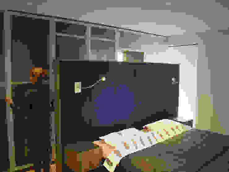 slaapkamer met kastenwand en doorgang naar de badkamer. van ARX-interieur