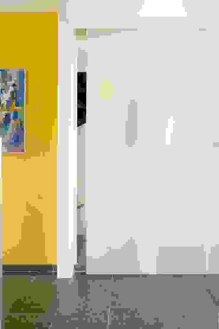 Entree met garderobe en kleur. van ARX-interieur