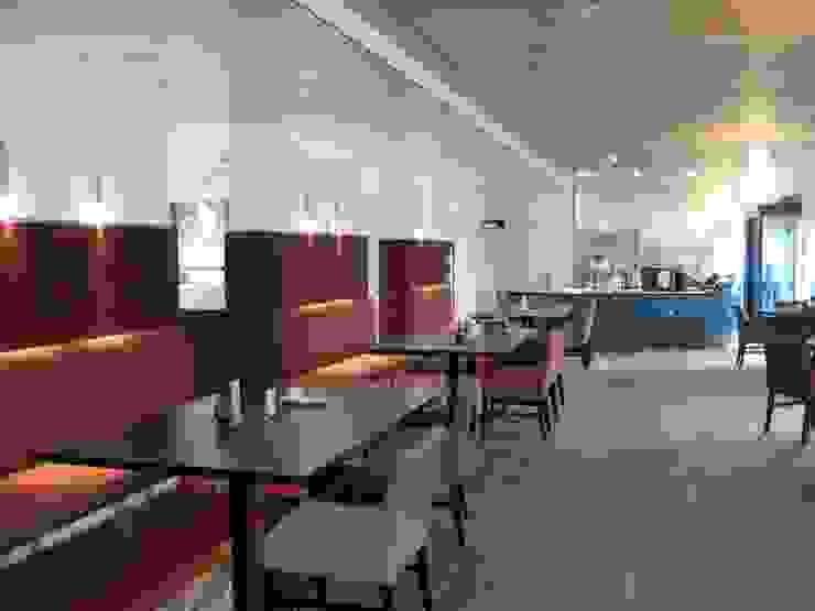 Aan de andere kant van de dragende muurdelen met treinzitjes is het grootste deel van het grand café gesitueerd. van ARX-interieur