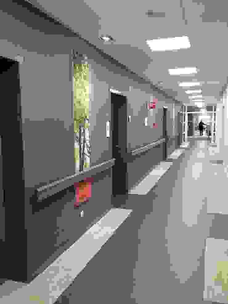 En nogmaals de gang met goede ledverlichting en duidelijkheid over de entree naar de patiëntenkamers. van ARX-interieur