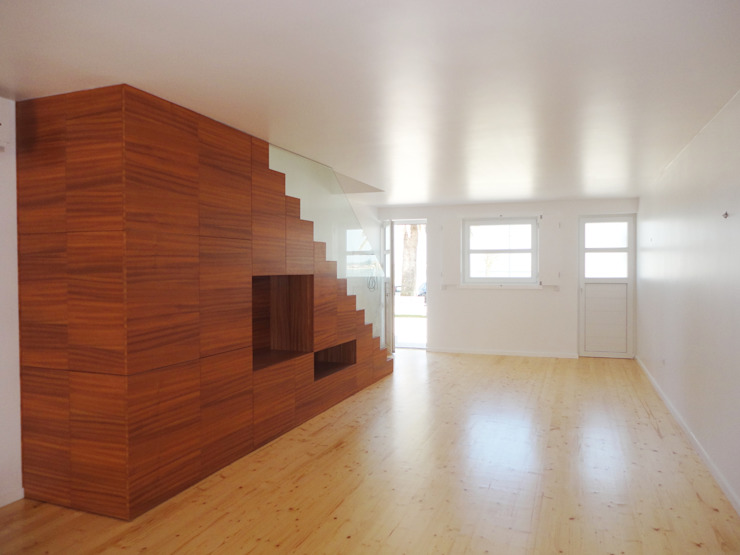 Ausgefallene Wohnzimmer von GAAPE - ARQUITECTURA, PLANEAMENTO E ENGENHARIA, LDA Ausgefallen Holz Holznachbildung