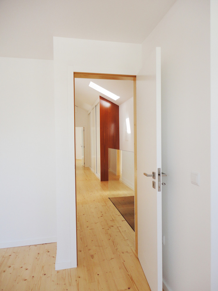 Pasillos, vestíbulos y escaleras de estilo ecléctico de GAAPE - ARQUITECTURA, PLANEAMENTO E ENGENHARIA, LDA Ecléctico Madera Acabado en madera