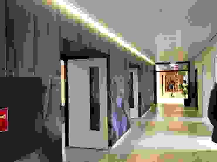 De gang met toegang tot het stiltecentrum en aan deze kant toegang tot de recreatiezaal. van ARX-interieur