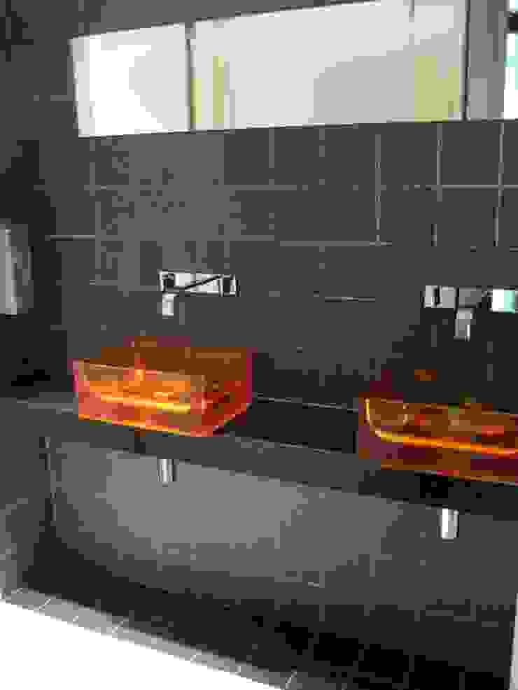 Beetje kleur in de bijzondere wasbakjes. van ARX-interieur