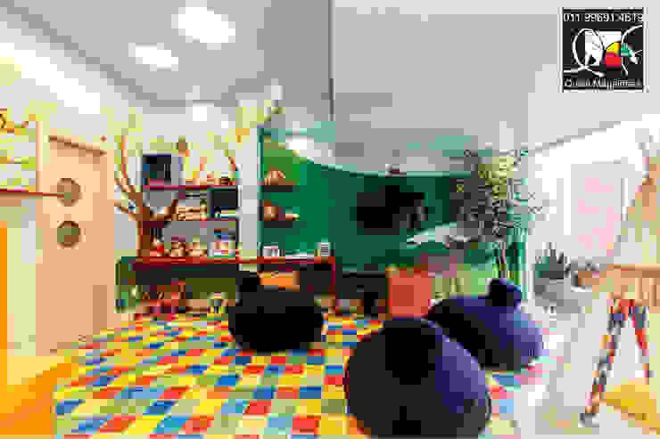 Cuartos infantiles de estilo moderno de Queiti Magalhães Arquitetura e Decorações Moderno