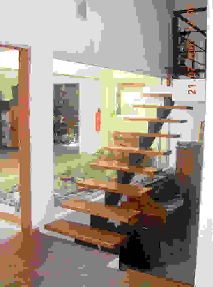Casa Lago renziravelo Modern corridor, hallway & stairs