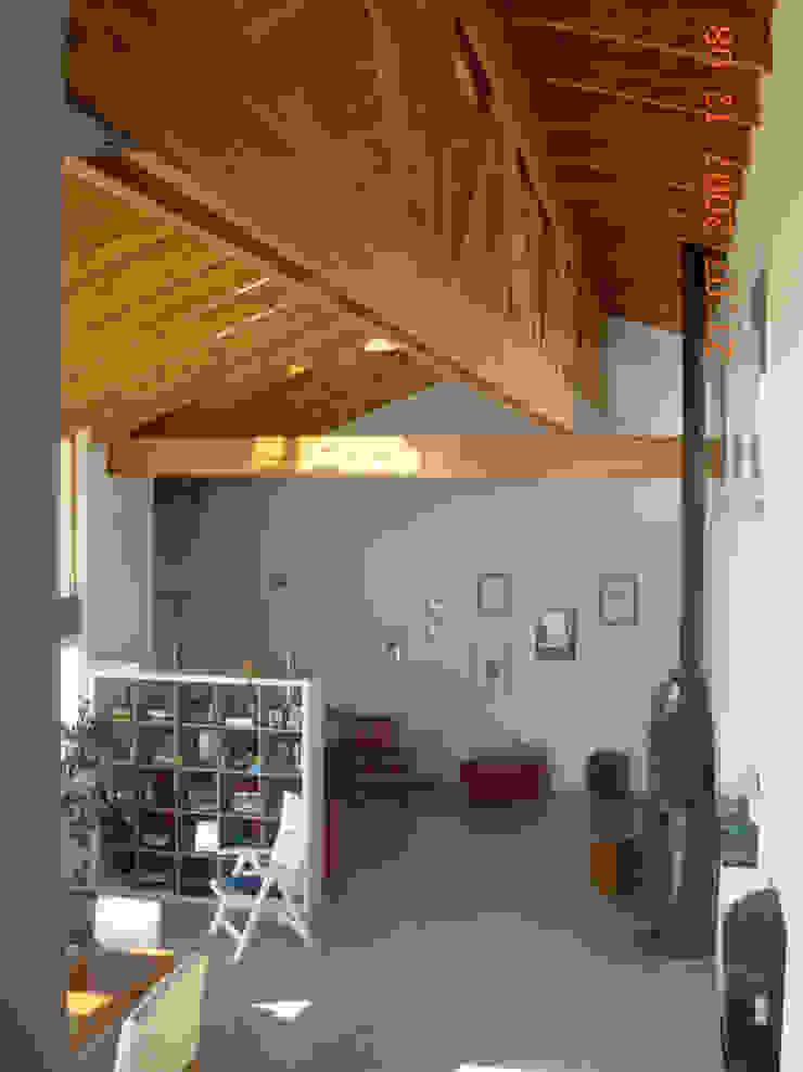 Casa Lago Modern corridor, hallway & stairs by renziravelo Modern