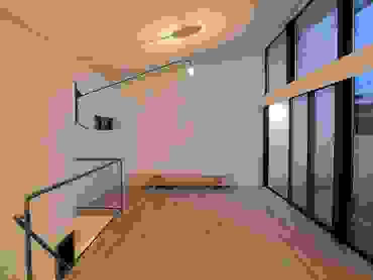 三鷹の家 モダンスタイルの 玄関&廊下&階段 の 荘司建築設計室 モダン