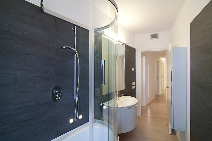 Minimalist style bathroom by RWA_Architetti Minimalist