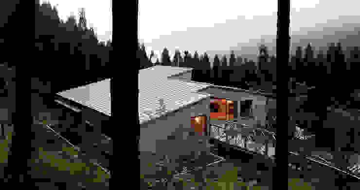 アプローチ側外観 夕景 オリジナルな 家 の 竹内建築設計事務所 オリジナル