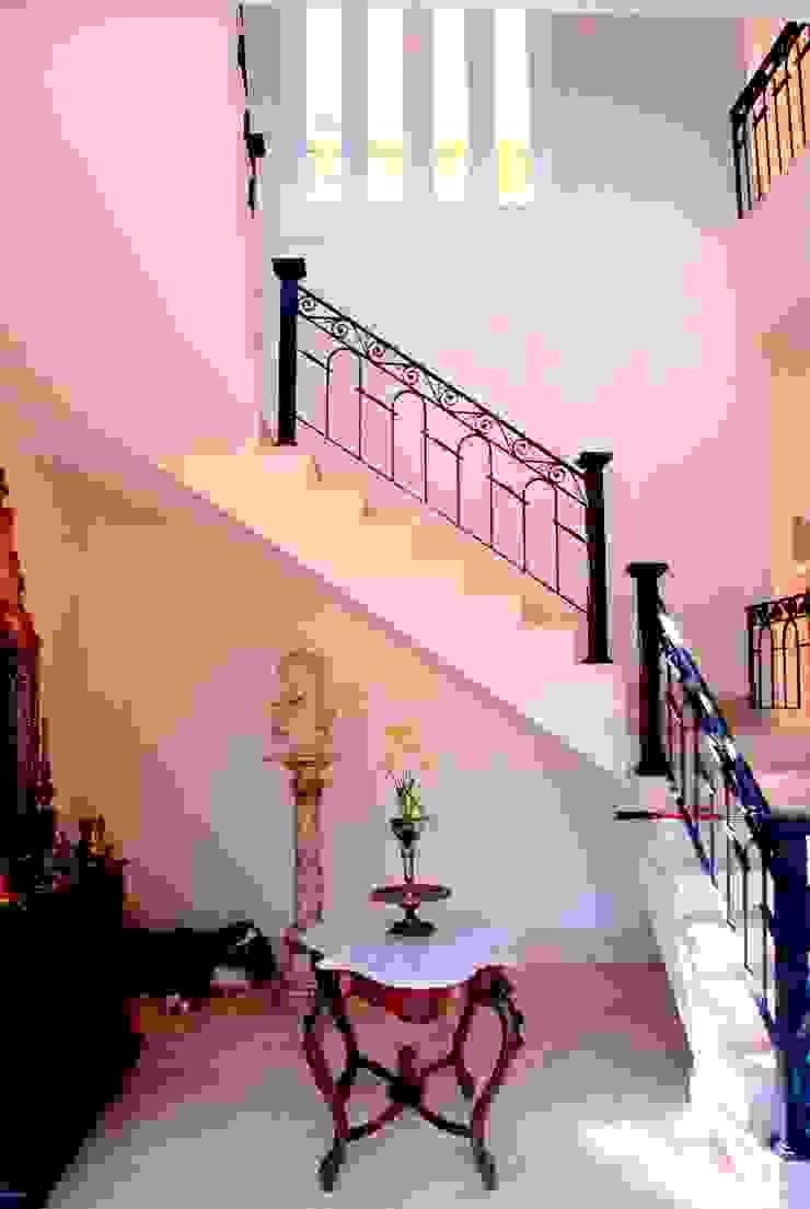 Couloir, entrée, escaliers coloniaux par Marcelo Bicudo Arquitetura Colonial
