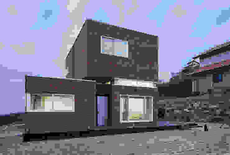 Casas modernas por CHORA Moderno Tijolo