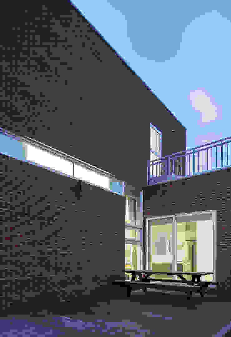 Modern houses by CHORA Modern Bricks
