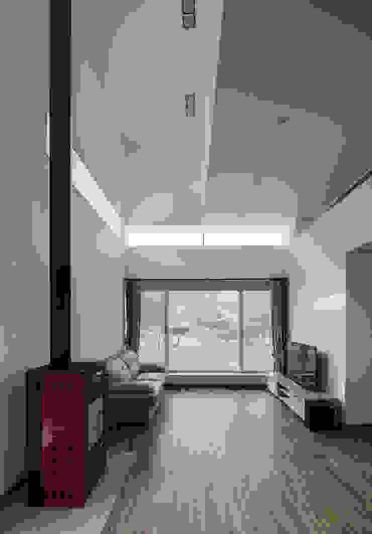 Modern living room by CHORA Modern