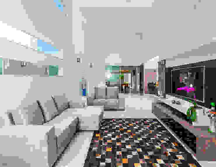 Modern living room by ADRIANA MELLO ARQUITETURA Modern