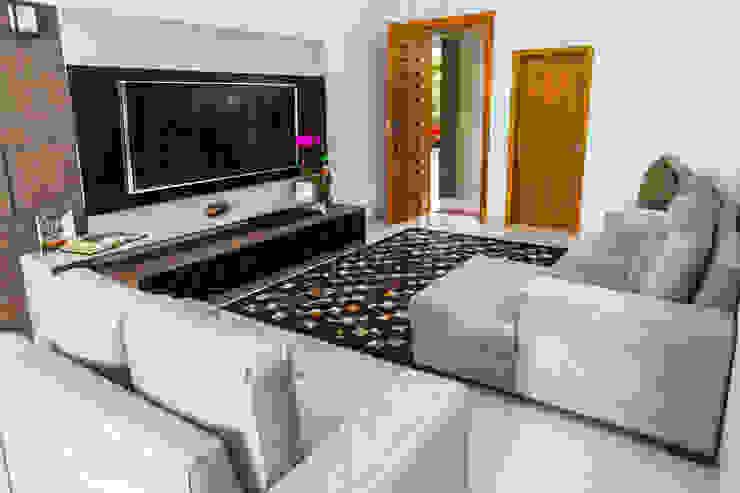 Living room by ADRIANA MELLO ARQUITETURA,
