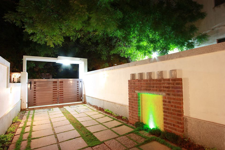 Compound Modern garden by Ansari Architects Modern
