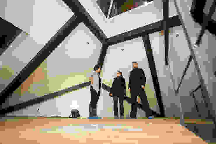 K-MÄLEON Haus GmbH Modern Corridor, Hallway and Staircase White