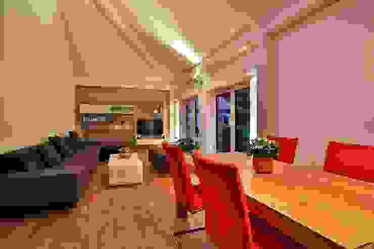 Sala da pranzo moderna di K-MÄLEON Haus GmbH Moderno