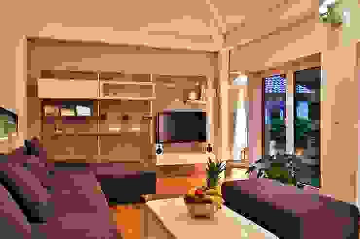 Soggiorno moderno di K-MÄLEON Haus GmbH Moderno