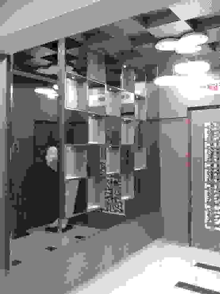 Mr Kamdar 19th Floor Modern corridor, hallway & stairs by TRINITY DESIGN STUDIO Modern
