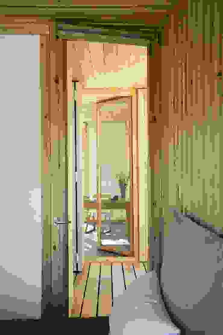 Коридор, прихожая и лестница в модерн стиле от NOEM Модерн