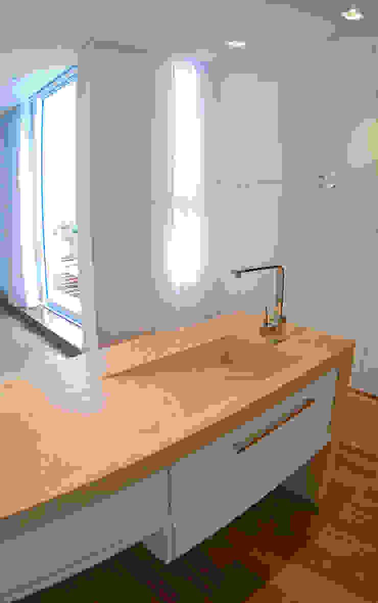 MONICA SPADA DURANTE ARQUITETURA Modern style dressing rooms