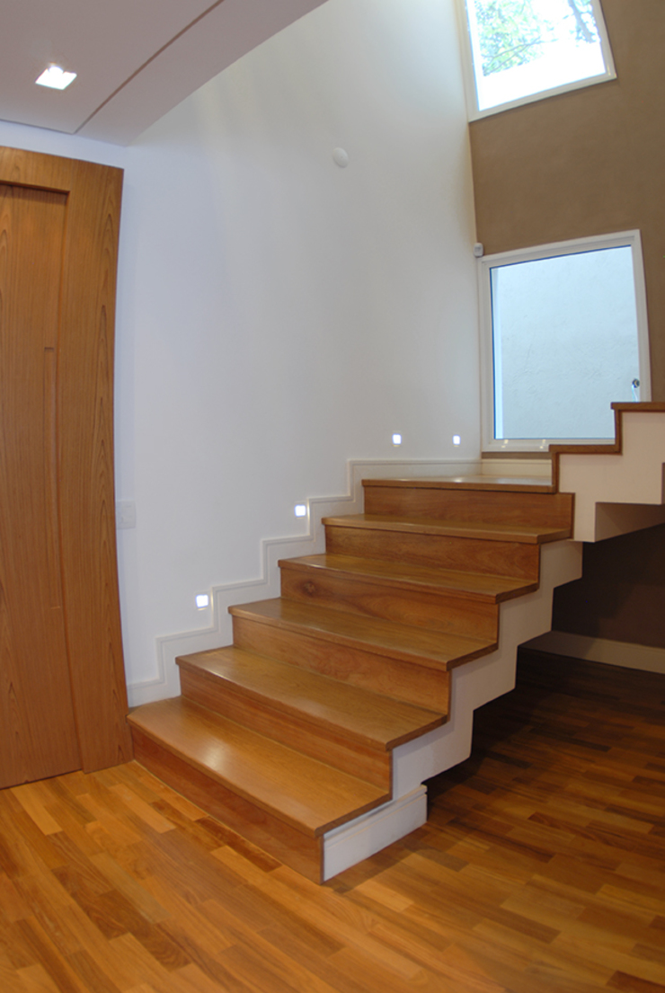 MONICA SPADA DURANTE ARQUITETURA Modern corridor, hallway & stairs