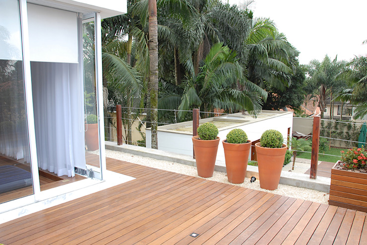 Balcones y terrazas de estilo moderno de MONICA SPADA DURANTE ARQUITETURA Moderno