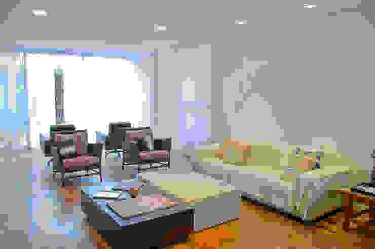 Salas de estilo moderno de MONICA SPADA DURANTE ARQUITETURA Moderno