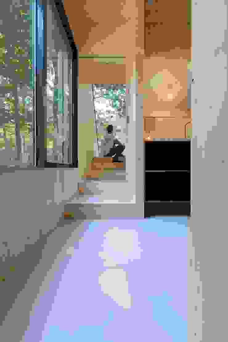 Modern corridor, hallway & stairs by Bloot Architecture Modern