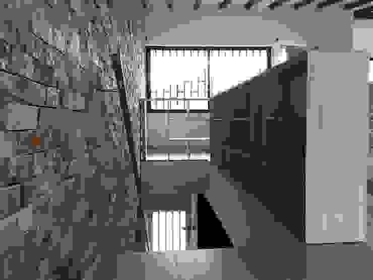Mueble de separación de las escaleras de acceso Salas de estilo moderno de ALSE Taller de Arquitectura y Diseño Moderno