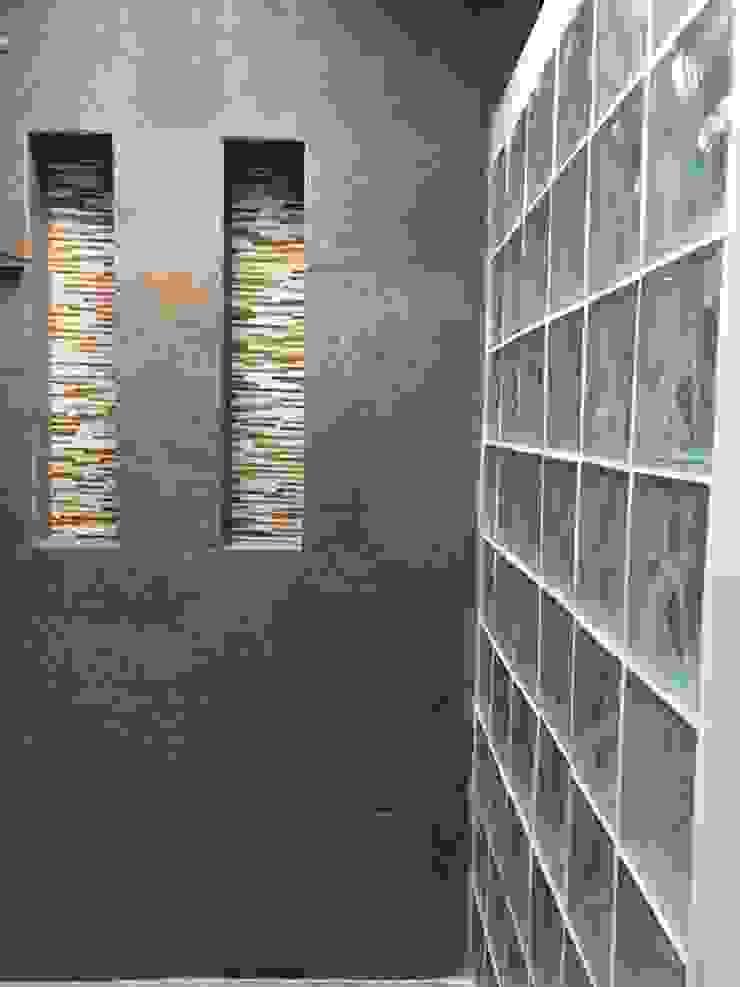 Detalles de Glassblock en los baños Baños de estilo moderno de ALSE Taller de Arquitectura y Diseño Moderno