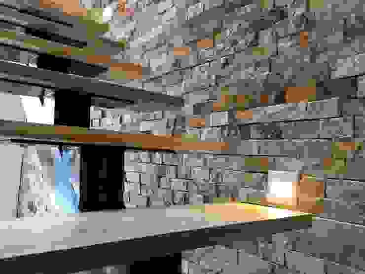 Detalle de iluminación indirecta en escaleras Pasillos, vestíbulos y escaleras de estilo moderno de ALSE Taller de Arquitectura y Diseño Moderno