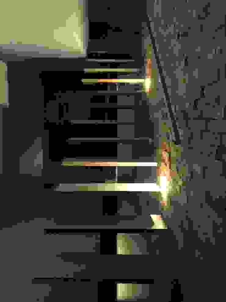 Detalle de iluminación nocturna Pasillos, vestíbulos y escaleras de estilo moderno de ALSE Taller de Arquitectura y Diseño Moderno