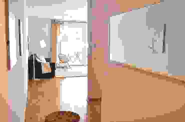 ห้องโถงทางเดินและบันไดสมัยใหม่ โดย Karin Armbrust - Home Staging โมเดิร์น