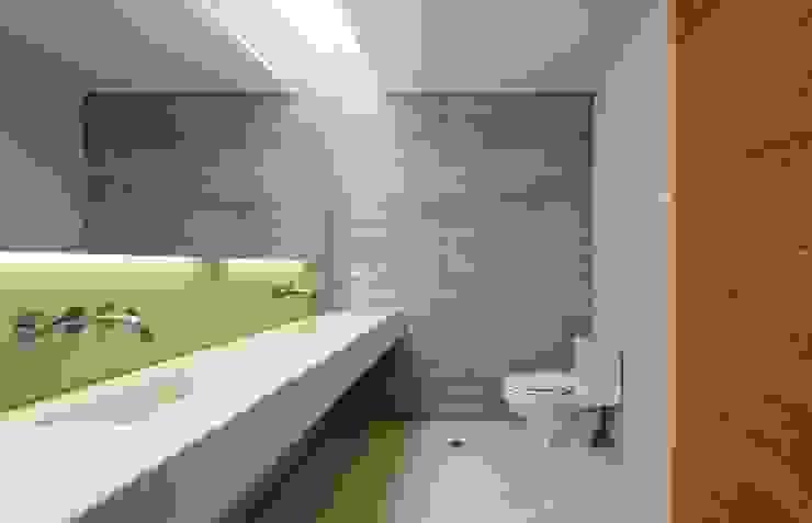Casa oZsO Baños modernos de Martin Dulanto Moderno