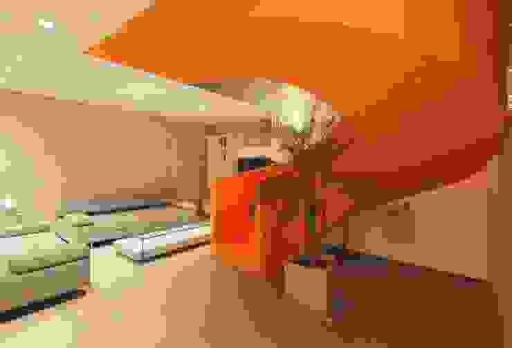 Casa Blanca Pasillos, vestíbulos y escaleras de estilo moderno de Martin Dulanto Moderno