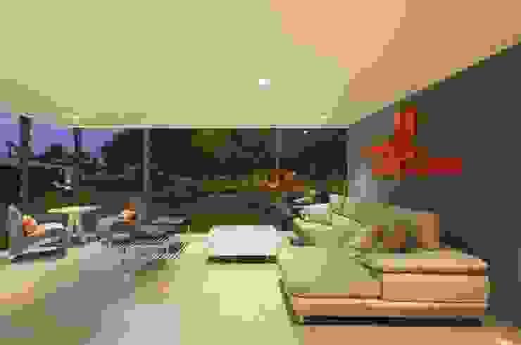 Casa Blanca Salas modernas de Martin Dulanto Moderno
