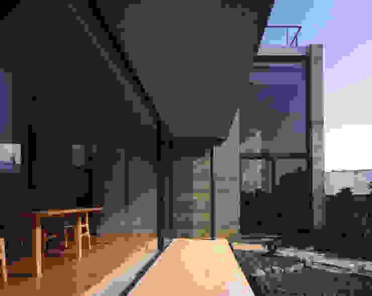 Balcones y terrazas de estilo moderno de SHSTT Moderno Vidrio