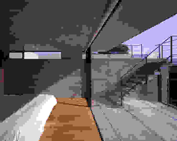 Dormitorios de estilo moderno de SHSTT Moderno Hormigón