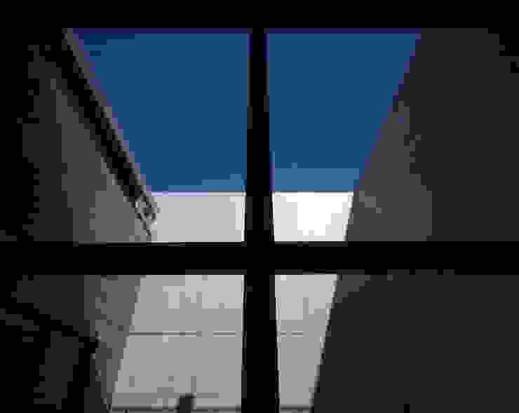 Salones de estilo moderno de SHSTT Moderno Vidrio