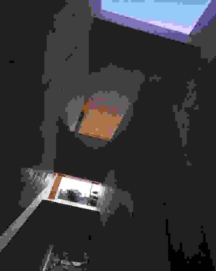 Pasillos, vestíbulos y escaleras de estilo moderno de SHSTT Moderno Hormigón