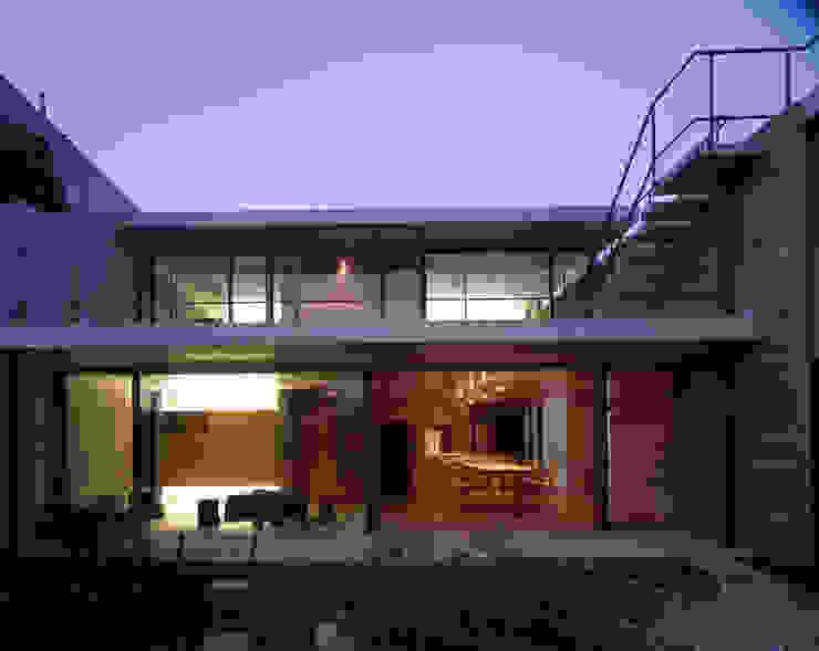 Casas de estilo moderno de SHSTT Moderno Vidrio