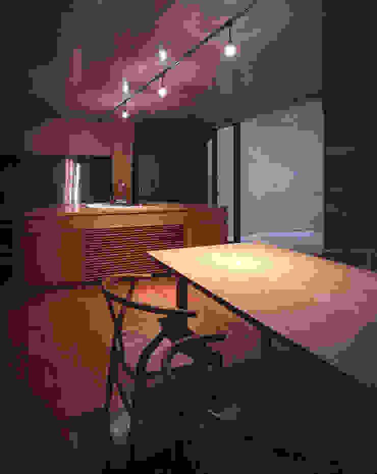 Comedores de estilo moderno de SHSTT Moderno Madera Acabado en madera
